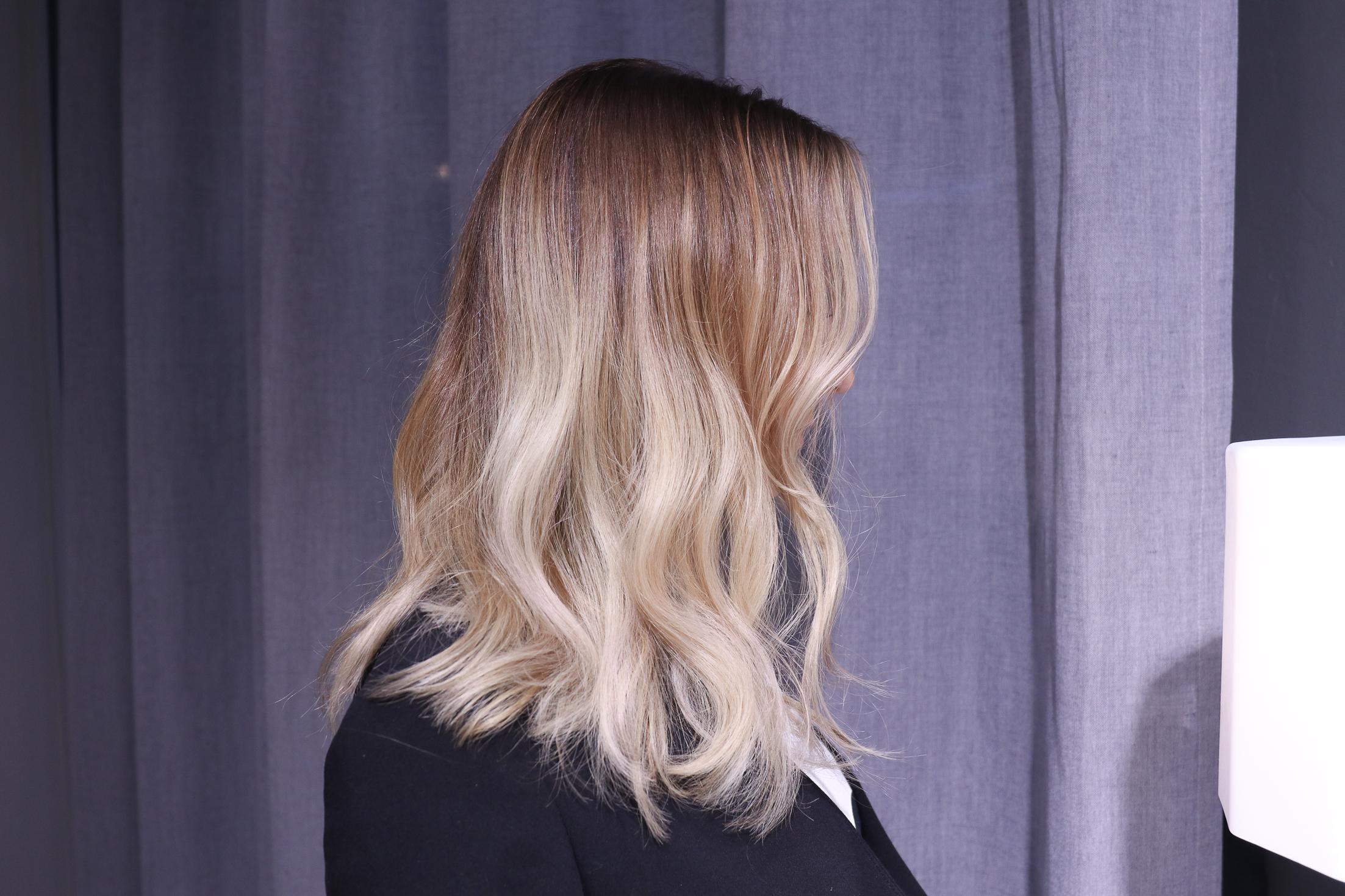 ljusa slingor i blont hår