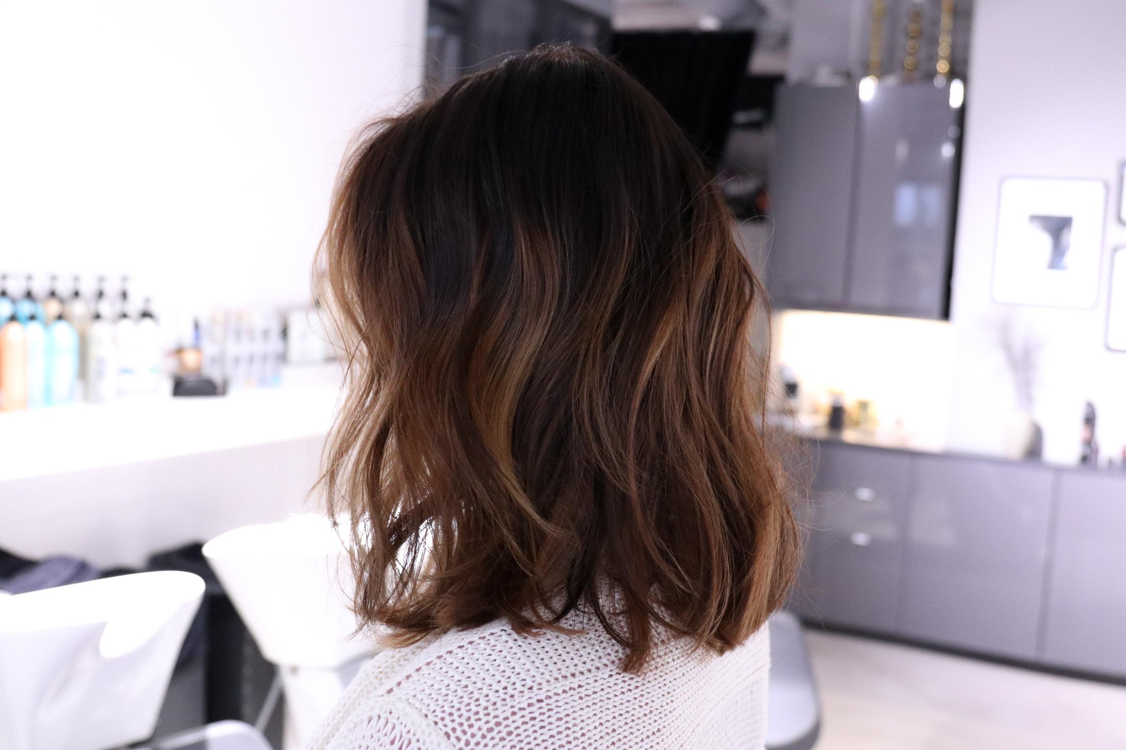 mörkbrunt hår med slingor