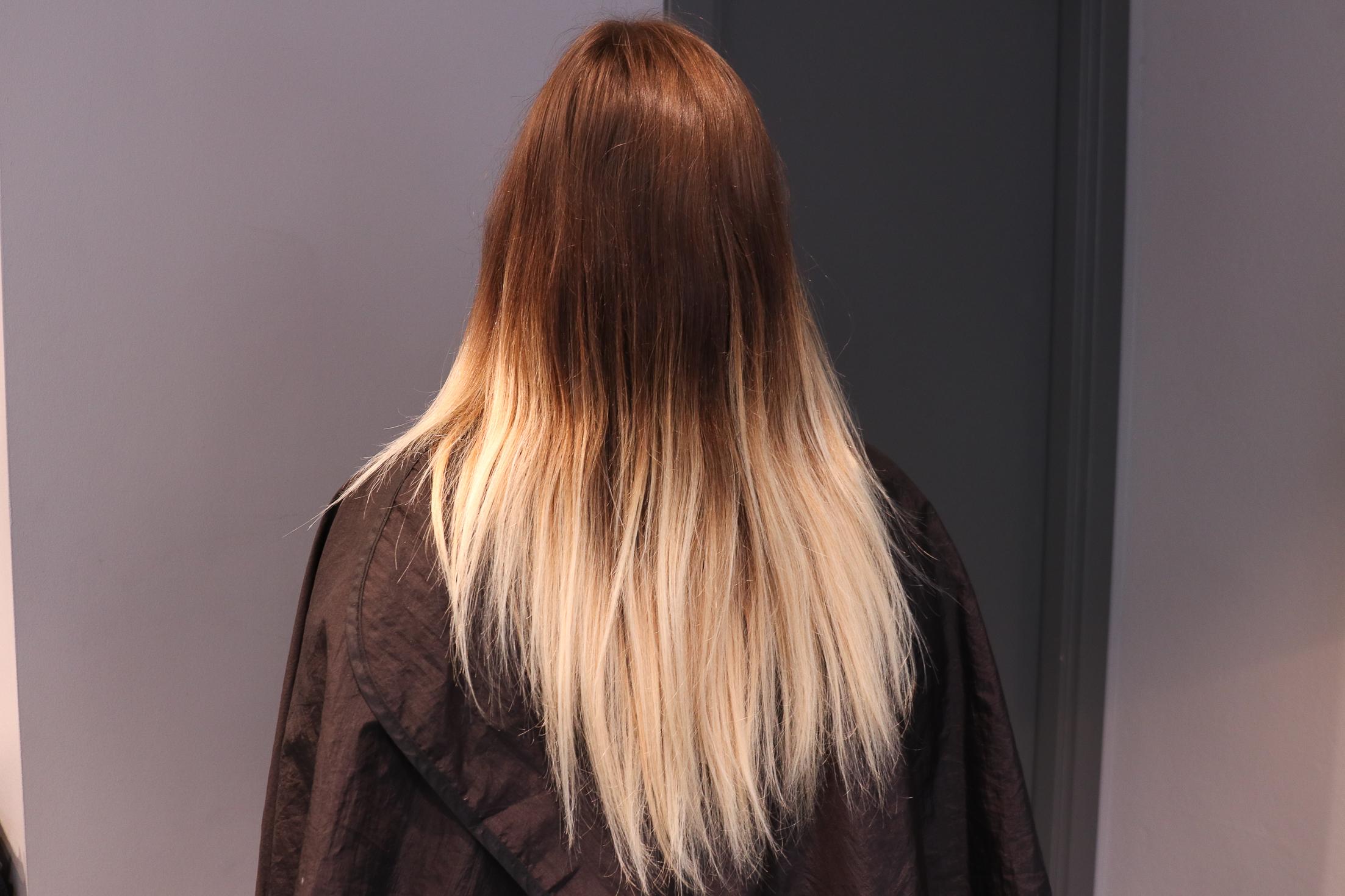 mörkt hår med grå slingor