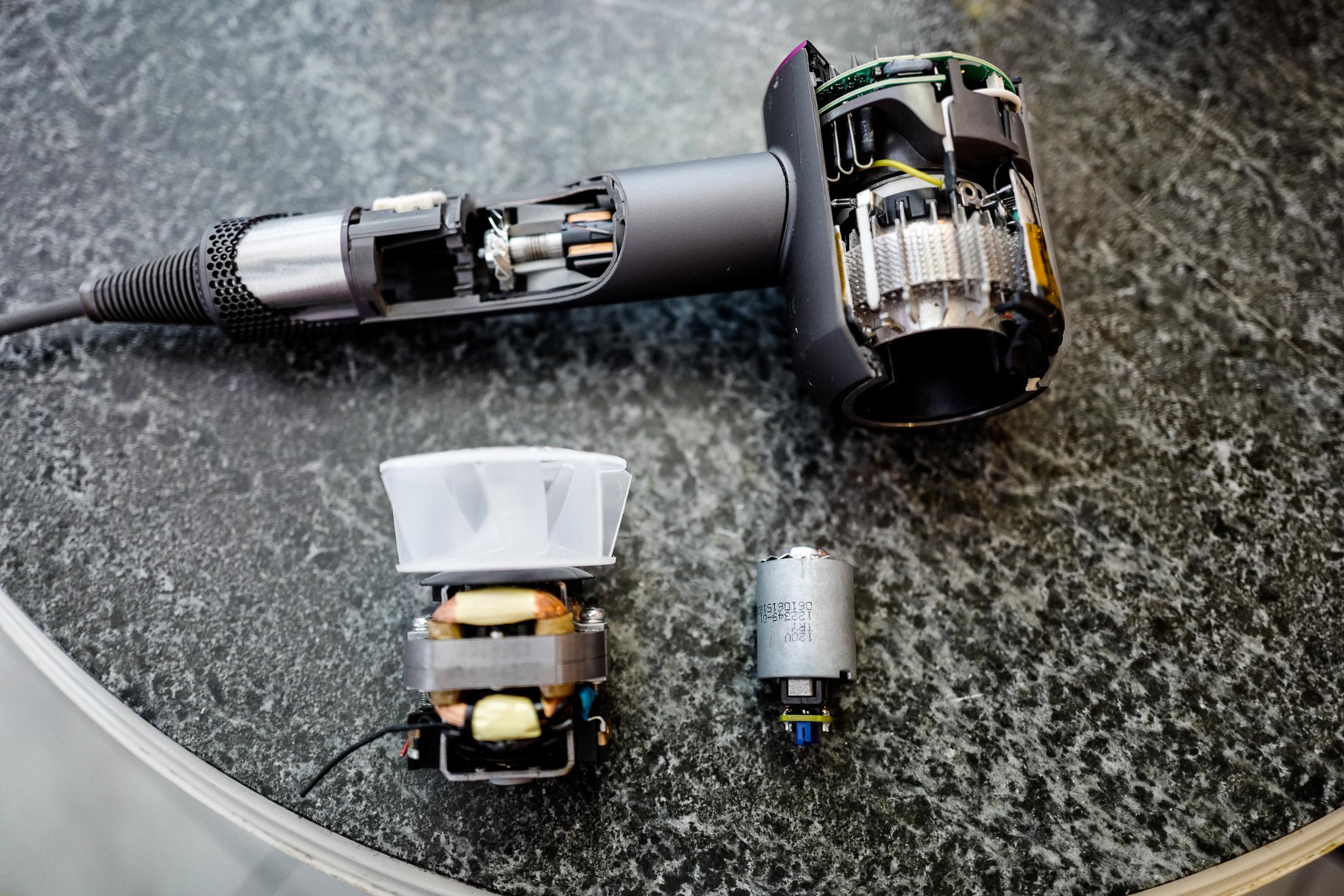 """Visste ni att motorn i en """"vanlig"""" fön ser ut som till vänster och motorn i  en Dyson till höger. Hårfönens design har inte ... 15a9a19766f3e"""